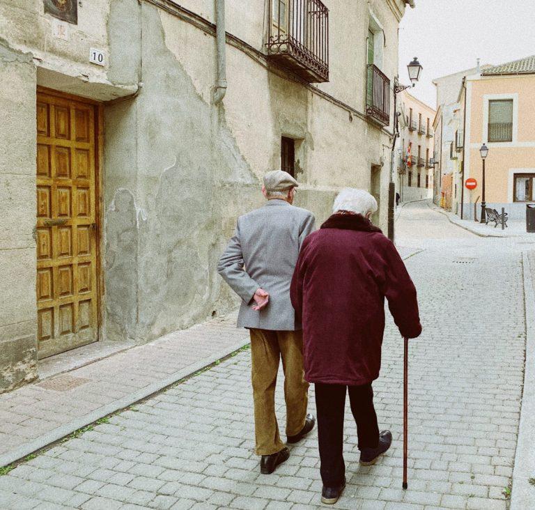 Un homme et une femme âgés qui marchent