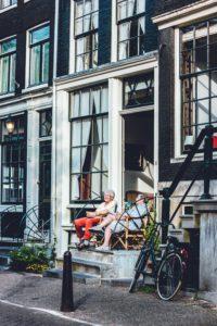 Deux femmes d'un certain âge sur un balcon